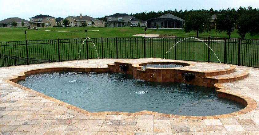 Travertinul - perfect pentru spatiul din jurul piscinei